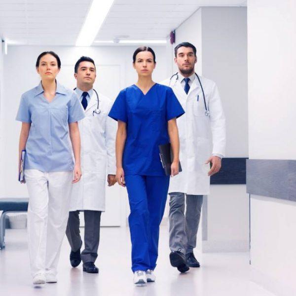 Profissionais da área da saúde vestidos com uniformes