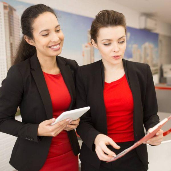 Profissionais com uniformes dentro da empresa
