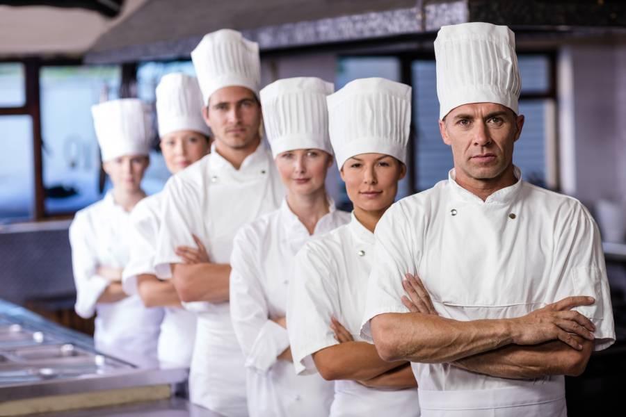 Cozinheiros com uniformes para reconhecimento de marca