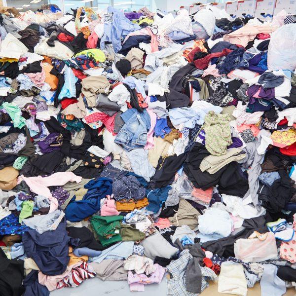 Desperdício de roupas se torna moda entre as pessoas