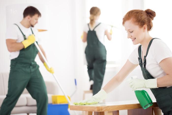 Profissionais de limpeza com uniformização profissional