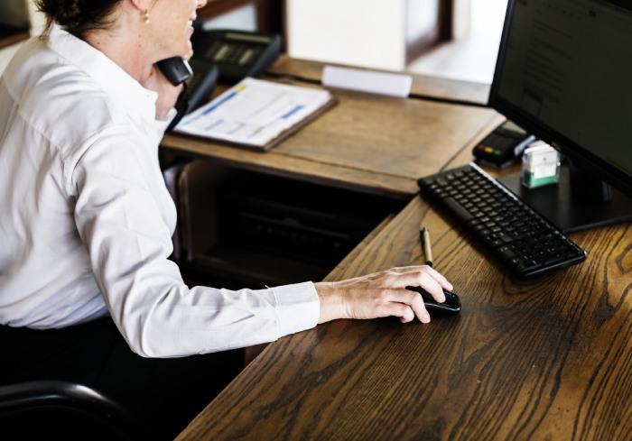 Recepcionista com uniforme social personalizado para empresas